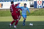 Fotbalisté Prostějova (v modro-bílém) porazili ve druhé lize Vyšehrad 3:0. Michael Sečkář
