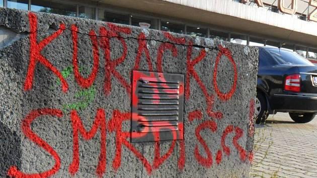 Fasády, chodníky či lavičky v Prostějově jsou postříkané protikuřáckými nápisy. Hlásí se k nim aktivisté kontroverzní anonymní kampaně
