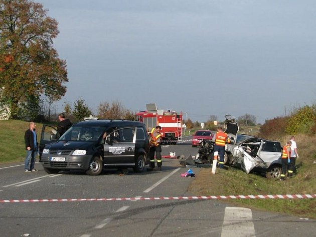Tragická srážka renaultu a BMW u Čechůvek