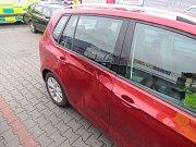 Muž byl na parkovišti v Držovicích přimáčknutý ke dvěma autům. Skončil v nemocnici
