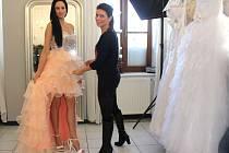 Plesová sezona začíná, ženy touží po nových trendech a mnohé vyhledávají extravaganci. Foto: Deník/ Martina Greplová