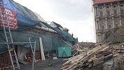 Nízký zámek Plumlov už je v péči dělníků. Ti část vyhořelé střechy opravili a teď bourají tu druhou