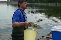 Odebírání vzorků vody z Plumlovské přehrady