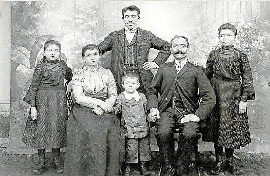 STAROSTA S RODINOU. Někdejší přerovský starosta František Lančík jako malý chlapec uprostřed rodičů a sourozenců.