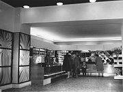 """Vroce 1974 pracovalo vnákupním středisku 20 prodavaček a stejný počet učnic. Vdobovém tisku se psalo, že """"Hvězda zaujme každého návštěvníka vkusnou úpravou interiéru, vkusnou propagací výrobků i vzornou obsluhou""""."""