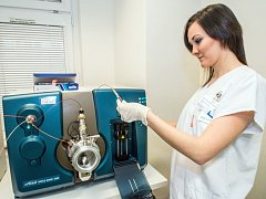 Prostějovská nemocnice pořídila nový ultramoderní analytický systém, díky kterému mohou lékaři určit i látky, které se vyskytují v biologickém materiálu v tak nízké koncentraci, že by je nebylo možné jinými metodami určit.