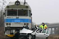 Střet osobního auta s vlakem poblíž prostějovského Tesca