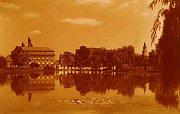 Vlevé části této barevné pohlednice upoutá výrazný objekt tzv. Roháčkova mlýna.