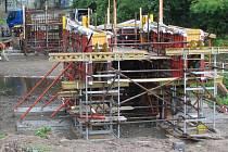 Budování mostu v Kostelecké ulici