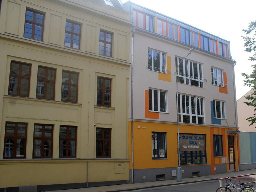 Nová školní budova v Komenského ulici. Objekt sousedící s Cyrilometodějským gymnáziem bude sloužit první církevní základní škole v Prostějově.