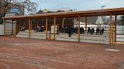 Zrekonstruovaná tribuna na kurtu u sokolovny na Skálově náměstí