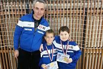 Snímek z brněnského turnaje. Zleva trenér Jan Pelikán, zlatí medailisté Adam Lajčík a Michal Vychodil.