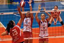Volejbalistky Prostějova (v bílo-červeném) v semifinále proti Olomouci