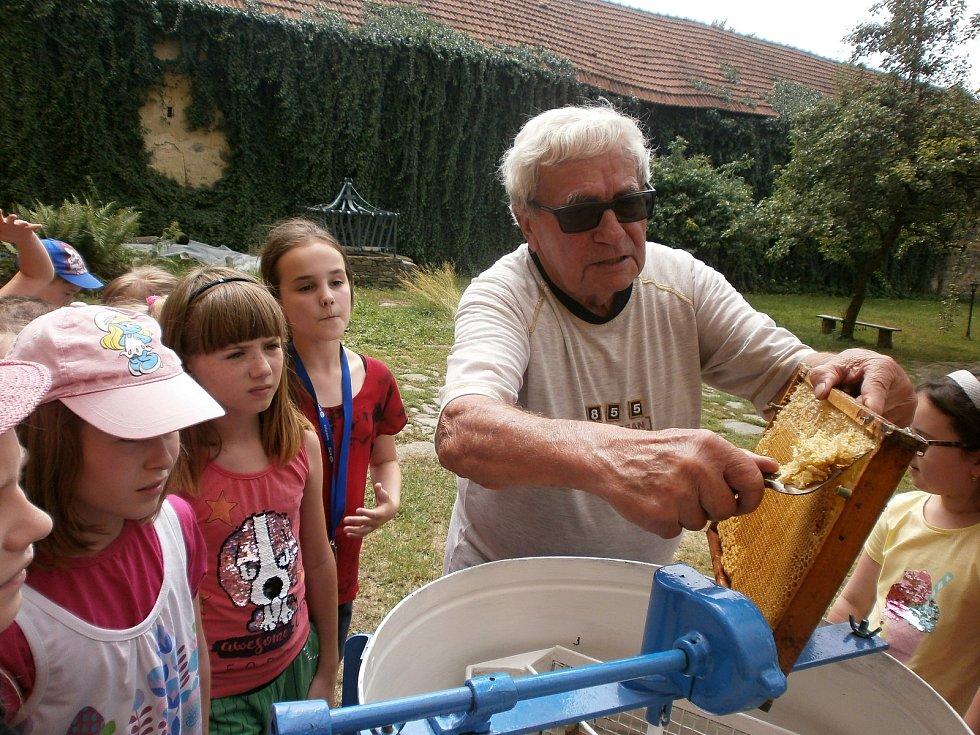 Školní družina z Němčic nad Hanou navštívila včelaře.