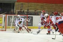 Gólman hokejových Jestřábů Tomáš Štůrala výrazně přispěl k důležité výhře Prostějova nad Berounem 2:1. Na snímku právě dostává gól z Malinského hokejky, další puk však za svoje záda už nepustil.