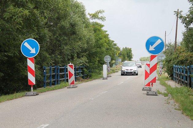 Omezení na mostu z Laškova do Kandie zamezuje průjezdu těžkých vozidel. Foto: Deník/Tomáš Kiss
