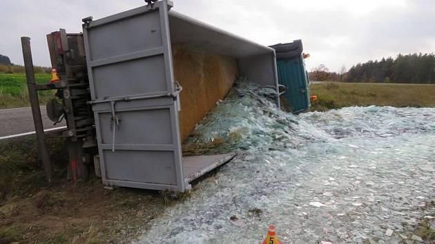 Ve Skřípově se v pátek 28. října převrátilo nákladní auto a z korby se mu vysypaly do příkopy skleněné střepy.