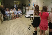 Pět děvčat z deváté třídy přemyslovické školy potěšilo ve čtvrtek pacienty. Zahrály jim, zazpívaly, dokonce zarecitovaly vlastní tvorbu.