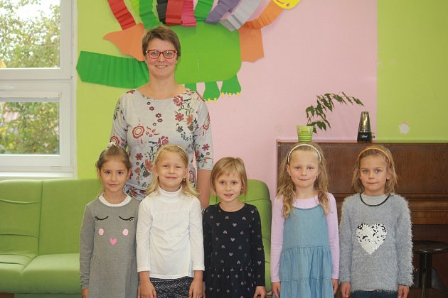 Žáci 1.třídy ze ZŠ Lipová spaní učitelkou Evou Havlenovou