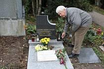 U hrobu Alfonse Jindry na prostějovském hřbitově se včera sešly na dvě desítky příbuzných, přátel i zástupců vedení města