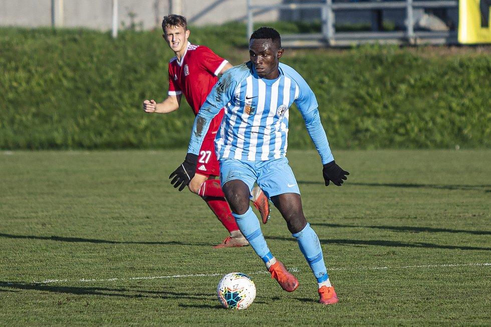 Fotbalisté Prostějova (v modro-bílém) porazili ve druhé lize Vyšehrad 3:0. Solomon Omale