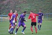 Mohelničtí fotbalisté (ve fialovém) vyhráli v posledním utkání podzimu v Kralicích 6:1.