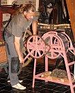 """""""Tohle je stroj na cupování žíní, které se pak používají při čalounické práci,"""" ukazoval ředitel Muzea kočárů v Čechách pod Kosířem Václav Obr."""