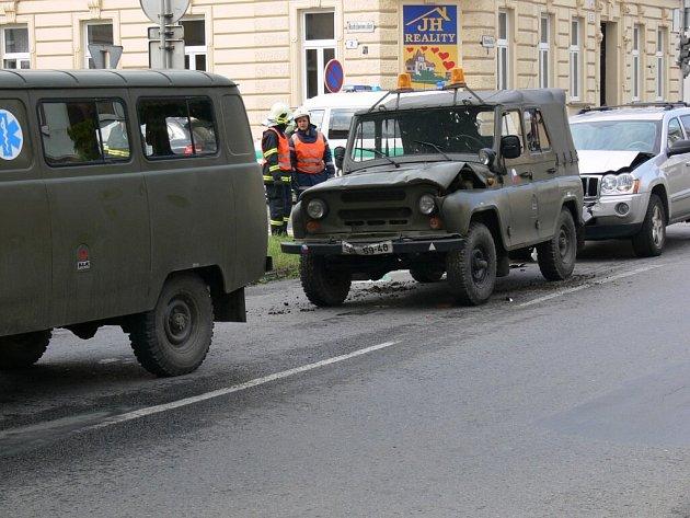 Řidička terénního jeepu nabourala včera dopoledne v Prostějově dvě vojenská auta.