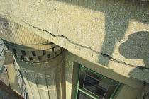 Věž a fasáda radnice jsou ve špatném stavu. Jejich oprava prodlouží a prodraží rekonstrukci radnice