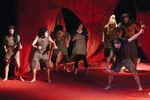 S oštěpy a kyji předstoupili ve středu 7. ledna v Městském divadle v Prostějově před nejmenší publikum členové brněnského profesionálního dětského divadla Polárka.