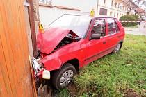Dvaapadesátiletý řidič v Čechách pod Kosířem při projíždění zatáčky naboural do domu