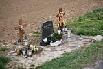 Silniční úsek mezi Vícovem a Ohrozimí. Místo častých dopravních nehod připomínají i pomníčky v příkopu.