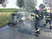 U Vrbátek se ve středu hasiči potýkali s hořícím autem