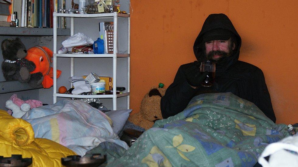 Bezdomovec Martin alias Vojáček přebývá v přístěnku na chátrajícím atletickém stadionu ve Sportovní ulici v Prostějově