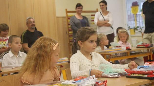 Škola v Čechách pod Kosířem přivítala v pondělí zhruba stovku dětí, včetně čtrnácti prvňáku.