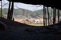 Pohled na Holštejn z jeskyně Hladomorna