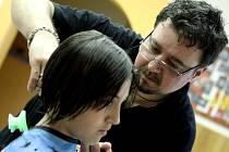 Děti z domova v Plumlově stříhal kadeřník z Itálie a česala jeho přítelkyně Michaela