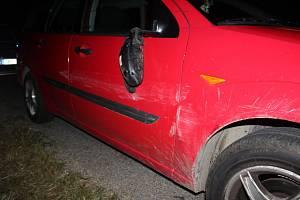 Řidič Fordu naboural Opel a z místa nehody ujel.