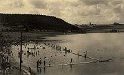 Letní koupaliště na pláži U Vrbiček krátce po otevření.