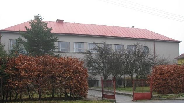 Říčka Velká Haná pramení podle názoru starousedlíků vpravo od vchodu u paty bývalé školní budovy v Drahanech