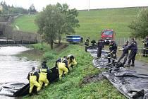 Hasiči cvičně zasahovali proti povodňové vlně.