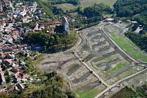 Plumlovský zámek a vypuštěný Podhradský rybník