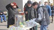 Dobrovolníci u místního nádraží v Prostějově rozdávají lidem bez domova zdarma polévku