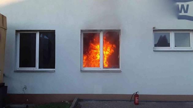 V Plumlovské firmě řádil požár. Vyrazily k němu čtyři jednotky hasičů.