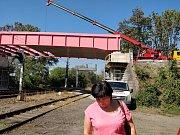 Na snímku je růžový most, který instaloval zhotovitel nad tratí Přerov – Bohumín vnoci z15. na 16. září. Váží 64 tun a na jeho zkompletování padlo tisíc speciálních šroubů.