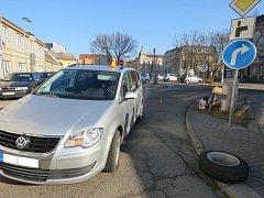 V Mlýnské ulici došlo v pondělí k nehodě, cyklista po ní skončil v nemocnici.