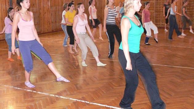 Nácvik choreografie připravované v rámci divadelního workshopu v Plumlově.