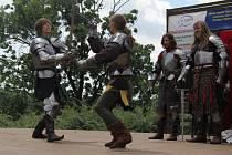 Třesk zbraní a středověká hudba se v sobotu rozléhaly nádvořím plumlovského zámku.