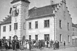 4. Ráno 9. května 1945 po odchodu německých vojsk začali občané Kostelce upravovat poničená veřejná prostranství. U radnice očekával Rusy nově zvolený místní národní výbor.
