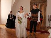 Tradiční noční prohlídky přiblížily návštěvníkům historii a zajímavé pověsti plumlovského zámku
